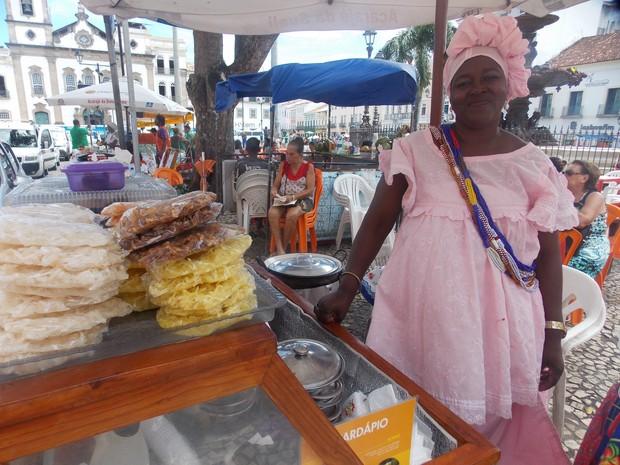 Baiana Sueli chega a faturar mais de um sálario mínimo, mesmo diante dos gastos que tem com material de trabalho.   (Foto: Denise Paixão/G1)