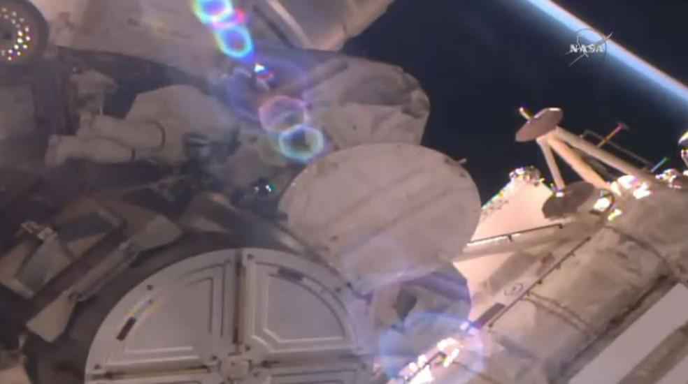 Astronautas saem da Estação Espacial Internacional (ISS) para caminhada espacial de emergência (Foto: Divulgaçãoi/Nasa)