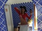 Luciana Gimenez faz selfie no espelho para mostrar barriga seca