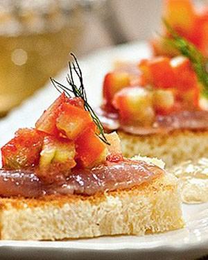 Atum marinado no gengibre, geleia de pimenta e tomate fresco sobre brioche crocante (Foto: Ricardo Corrêa/Editora Globo)