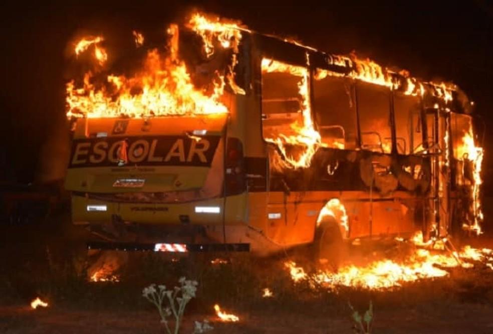 Ônibus escolar ficou destruído pelo incêndio (Foto: Reprodução/Paulo Palmares)