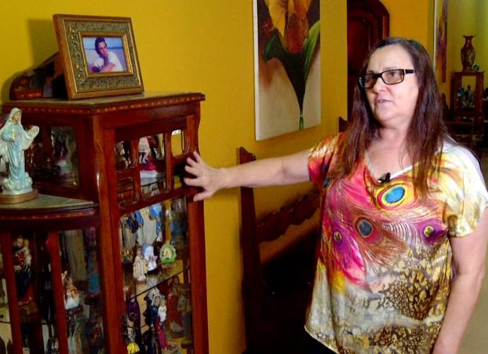 Vera Vinciprova mostrou as imagens de Nossa Senhora que tem (Foto: Rio Sul Revista)