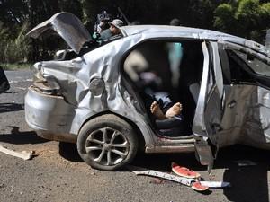 PM resgata motorista que estava sufocando em melancia após acidente em Mineiros, Goiás (Foto: Oscar Rodrigues/Contato10)
