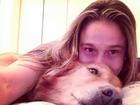 Fernanda Gentil posa com sua cadela na cama: 'Daqui ninguém me tira!'