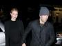 Rosie Huntington, grávida, usa vestido justo em jantar com Jason Statham