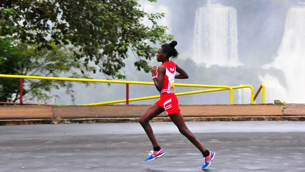 a queniana Dorcas Jepchirchir Kiptarus na Meia Maratona das Cataratas de 2011 (Foto: Marcos Labanca)
