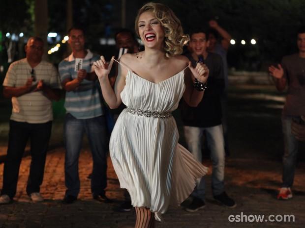 Megan fica bêbada e faz strip-tease na frente de todos (Foto: Pedro Curi/TV Globo)
