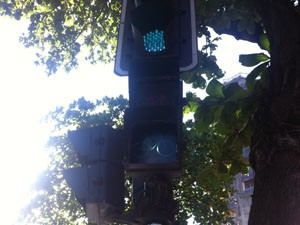 Ciclistas encontram sinais de trânsito pela ciclovia da Rua Francisco Otaviano.  (Foto: Mariucha Machado/G1)