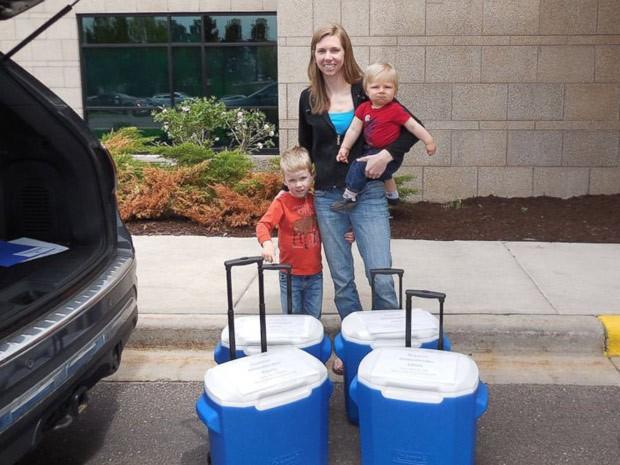 Amy Bormann prepara-se para levar parte da doação de leite materno junto com seus dois filhos (Foto: Amy Bormann/Arquivo pessoal)