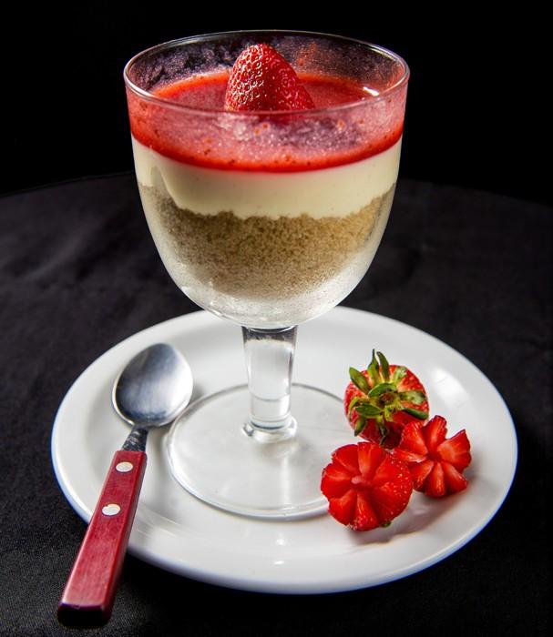 Cheesecake com calda de morango (Foto: Cesar Ivan/Divulgação)