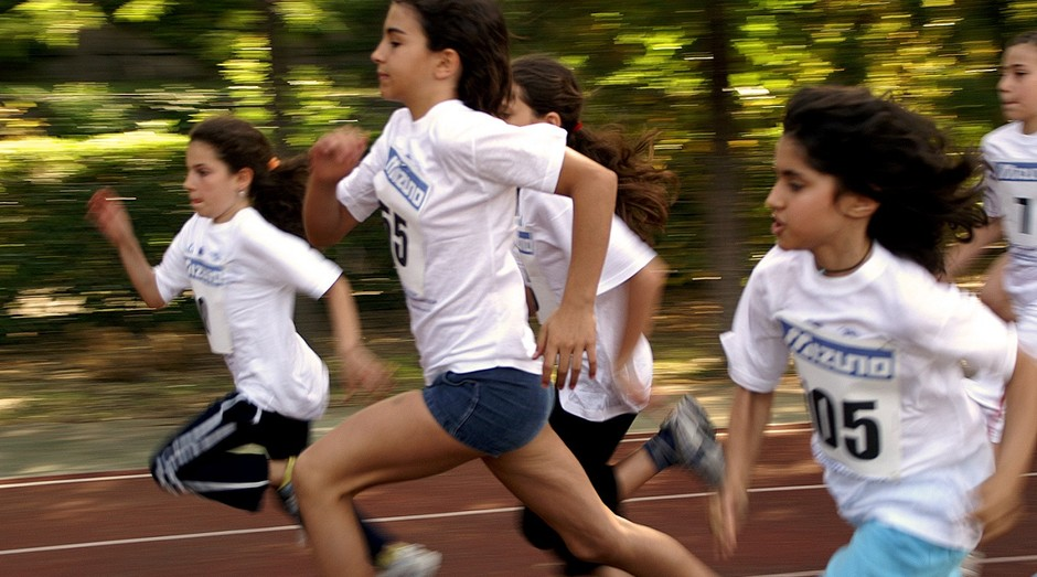 Aumento no porcentual de crianças que fazem atividades físicas levaria a economia nos gastos com saúde (Foto: Pexels)