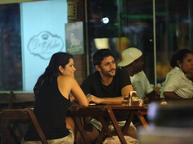Samara Felippo e o namorado, Elidio Sanna, em restaurante na Zona Oeste do Rio (Foto: Delson Silva/ Ag. News)
