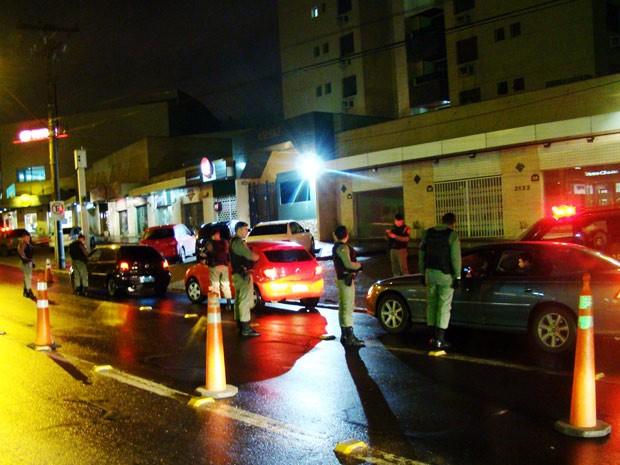 Policiais militares fiscalizam veículos na 17ª Operação Pré-Sal (Foto: Divulgação/BM)