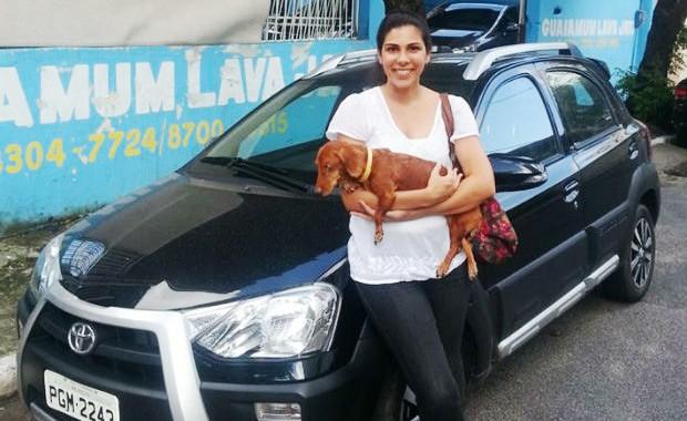 Manuela Amorim e seu Toyota Etios Cross (Foto: Arquivo Pessoal)