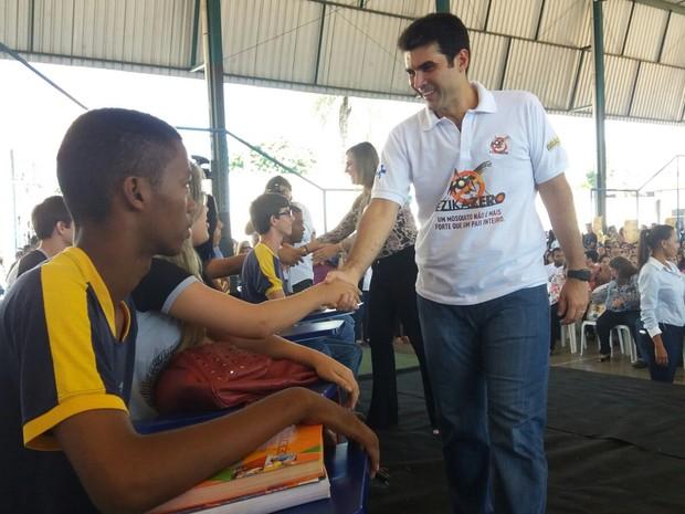 Ministro Helder Barbalho cumprimenta alunos do Centro de Ensino Médio de Gurupi (Foto: Jairo Santos/TV Anhanguera)
