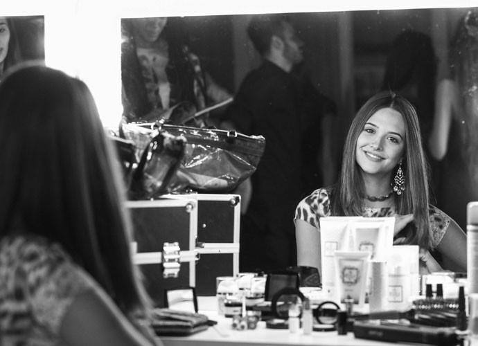 A atriz posa para o Gshow nos bastidores das gravações (Foto: Raphael Dias/Gshow)