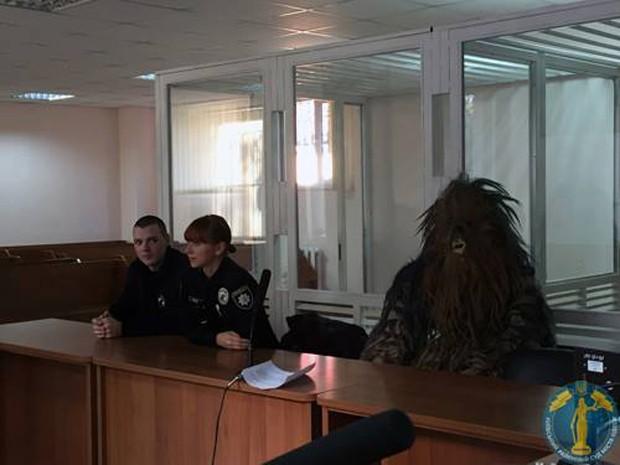 Homem fantasiado de Chewbacca comparece à corte e é multado por dirigir sem documentos em Odessa, na Ucrânia (Foto: Reprodução/Twitter/Shaun Walker)
