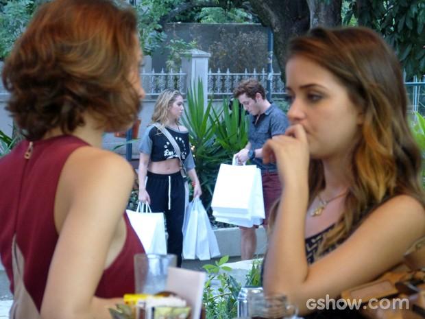 Flaviana flagra Serguei e Meg juntos mais uma vez (Foto: Malhação / TV Globo)