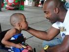 Rafael Zulu vai a festa de instituição para crianças com deficiência no Rio