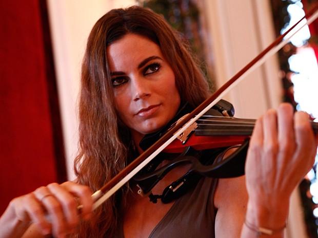 Violinista austríaca se apresenta na festa de lançamento da novela (Foto: Inácio Moraes / TV Globo)