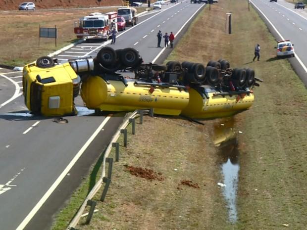 Caminhão-tanque com 45 mil litros de enatol bloqueou rodovia por 11 horas (Foto: Reprodução EPTV)