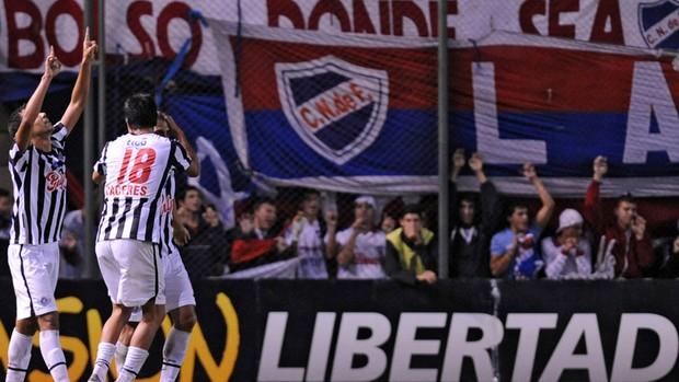 Pablo Velazquez, Jonathan Santana e Victor Caceres gol libertad (Foto: AFP)