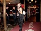 Anitta faz graça ao posar para paparazzo