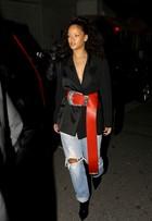 Rihanna chama atenção com cinto estilo Papai Noel em jantar