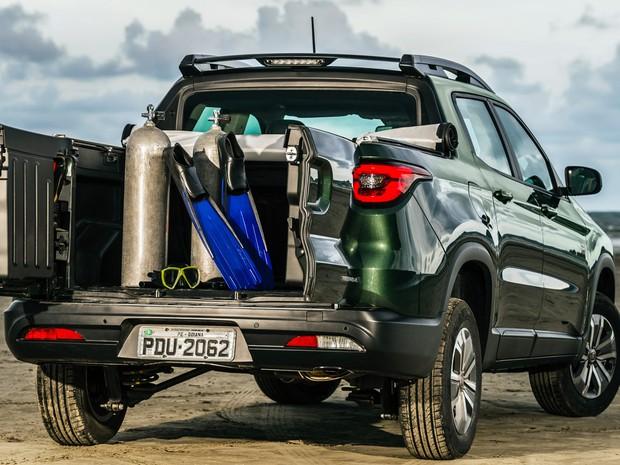 Fiat Toro Freedom 1.8 flex: tampa da caçamba bipartida é diferencial (Foto: Divulgação)