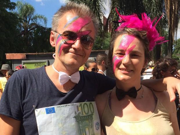 O jornalista Paulo Cunha e a advogada Camila Borba no bloco Tô de Bowie (Foto: Isabela Marinho/G1)