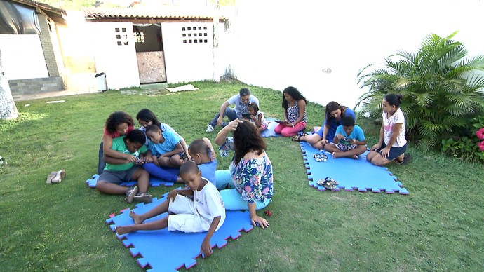 Crianças autistas interagem com o Projeto Auts, aplicativo que facilita o desenvolvimento cognitivo (Foto: TV Bahia)