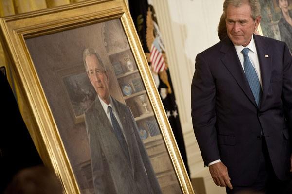 O ex-presidente Bush olha para seu retrato inaugurado nesta quinta (31). (Foto: Brendan Smialowski/AFP)