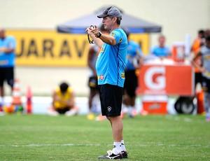 Oswaldo de Oliveira no treino do Botafigo (Foto: Fernando Soutello / Agif)