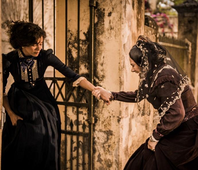 Leonor, personagem de Marina Nery, sofre nas mãos de Encarnação, vivida por Selma Egrei (Foto: Caiuá Franco/TV Globo)