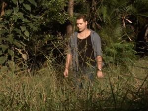 Marcelo Martins caminha entre o mato alto do Parque Linear em Barão Geraldo (Foto: Reprodução / EPTV)
