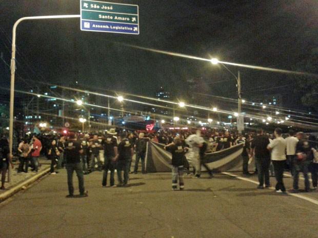 Após a passeata, policiais se concentraram em frente à sede do governo estadual (Foto: Gabriela Lisbôa/TV Globo)