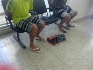 Maior de 19 anos e menor de 16 são suspeitos de envolvimento com crimes contra o patrimônio (Foto: Michelly Oda / G1)