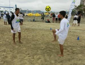 Belo e Vinicius, prestigiam evento de futevôlei, em Santos (Foto: Antonio Marcos)