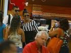 Naldo e Moranguinho posam com fãs em aeroporto