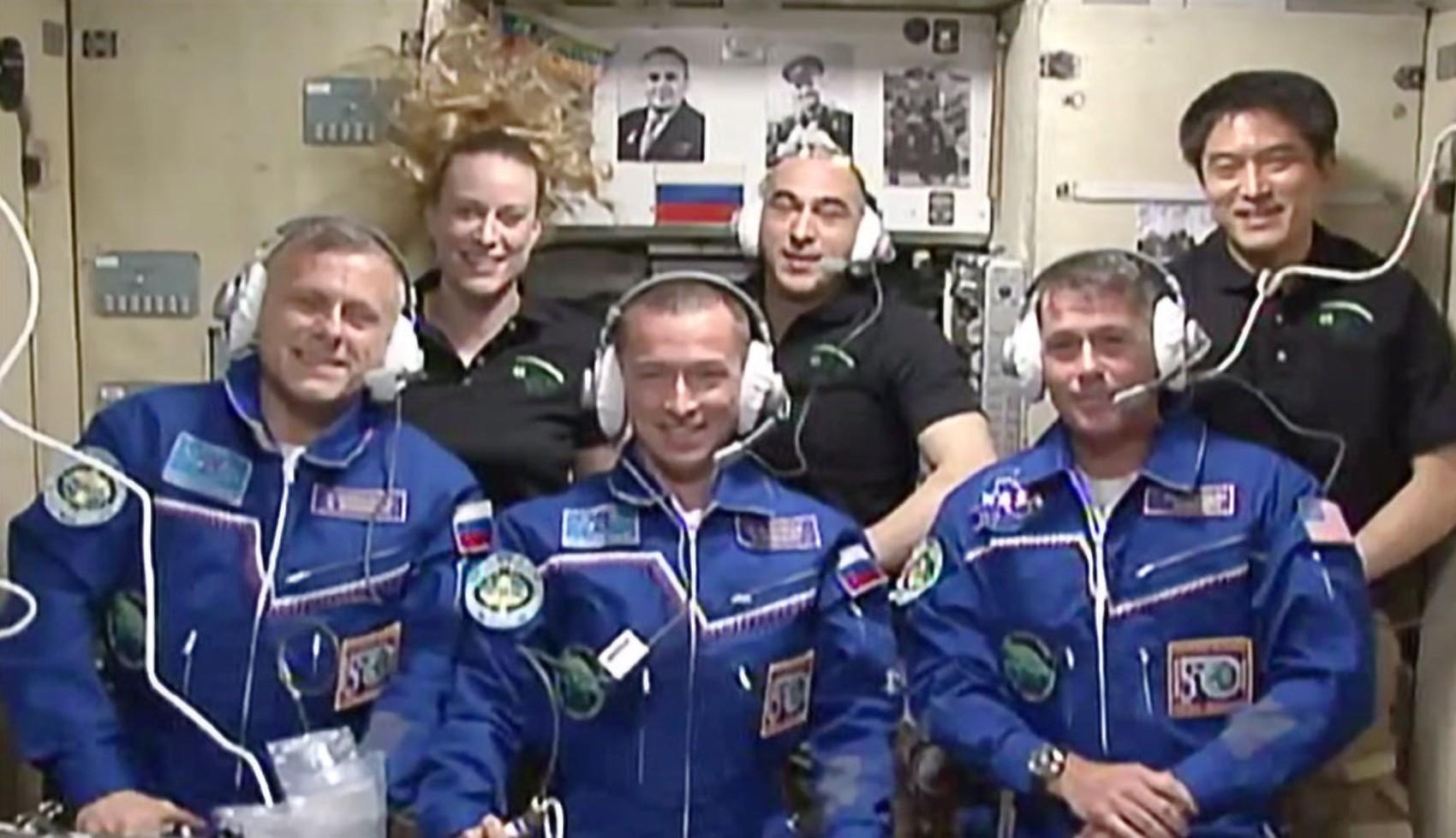 Membros da Expedição 49 se reúnem na Estação Espacial Internacional. Os três recém-chegados, de roupa azul, são (da esq. para a dir.) os russos Andrey Borisenko e Sergey Ryzhikov e o americano Shane Kimbrough. Ao fundo, estão Kate Rubins, Anatoly Ivanishi (Foto: Nasa TV)