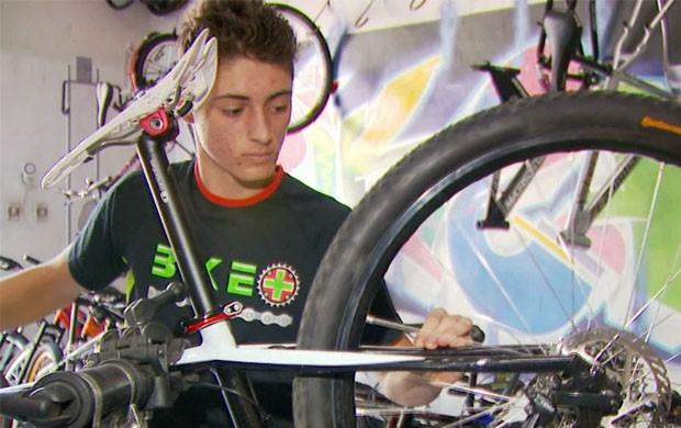 Juninho trabalha em loja de bikes em Lavras (Foto: Reprodução EPTV / Tarciso Silva)