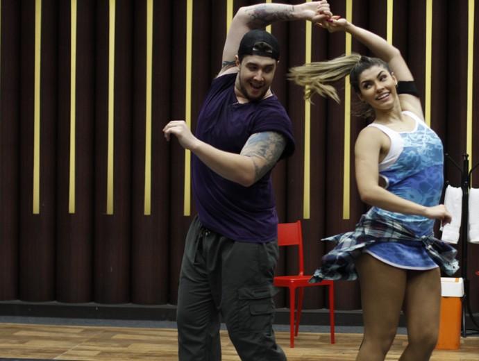 Bruno Boncini com a professora Ana Paula Guedes (Foto: Fabiano Battaglin / Gshow)