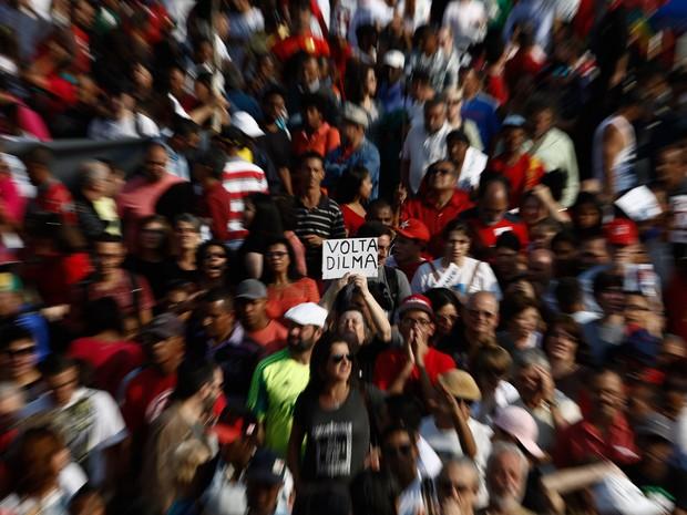 SÃO PAULO: Manifestante exibe cartaz pela volta da presidente Dilma durente protesto contra o presidente em exercício Michel Temer no Largo da Batata, em São Paulo (Foto: Miguel Schincariol/AFP)