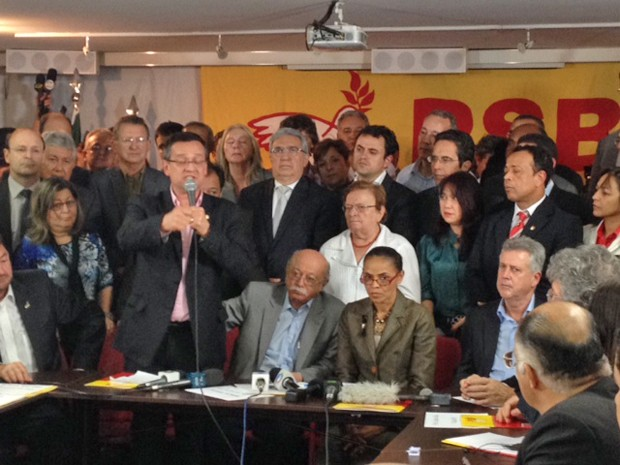 Beto Albuquerque discursa na sede do PSB; à mesa, sentada, a candidata a presidente Marina Silva, ao lado de dirigentes do PSB (Foto: Filipe Matoso / G1)