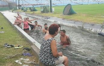 Grupo se banha no fosso do estádio que receberá próximo jogo da Seleção
