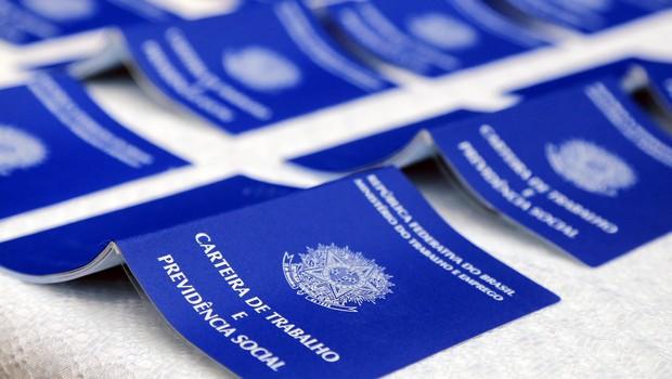 desemprego, carteira de trabalho (Foto: Valdecir Galor/SMCS)