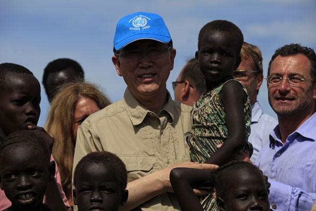 O secretário-geral da ONU, Ban Ki-moon, segura uma criança durante um campo de deslocados das Nações Unidas em Juba, no Sudão do Sul, nesta terça-feira (6) (Foto: Andreea Campeanu/Reuters)