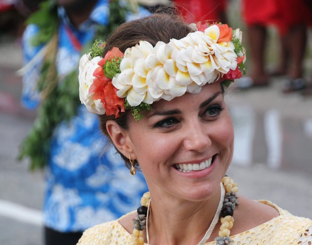 Kate Middleton usa chapéu tradicional durante visita a Funafuti, em Tuvalu, nesta terça-feira (18) (Foto: AFP)