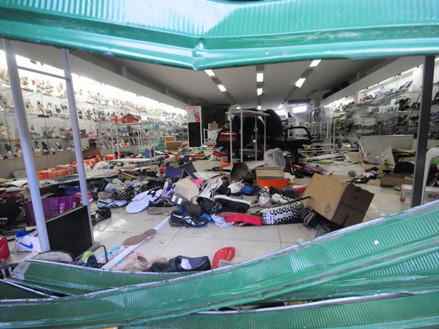 Comerciantes e lojistas contabilizam os prejuízos após a noite de saques e depredações no município de Abreu e Lima (Foto: Veetmano/Fotoarena/Estadão Conteúdo)