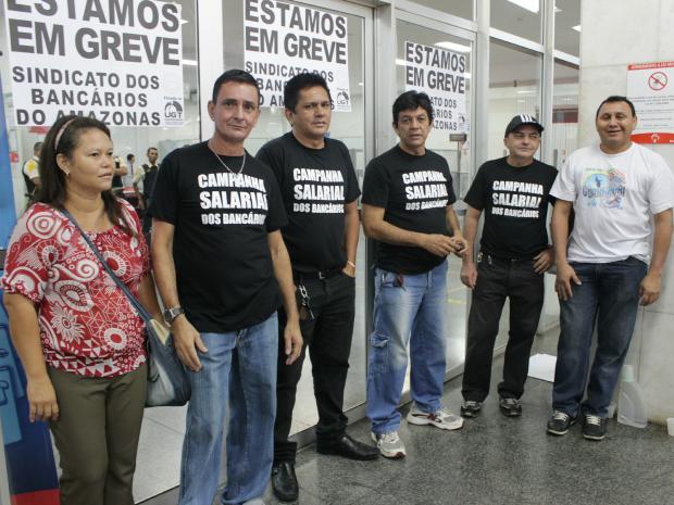 Bancários paralisaram atividades nesta quinta-feira (19) (Foto: Camila Henriques/G1 AM)